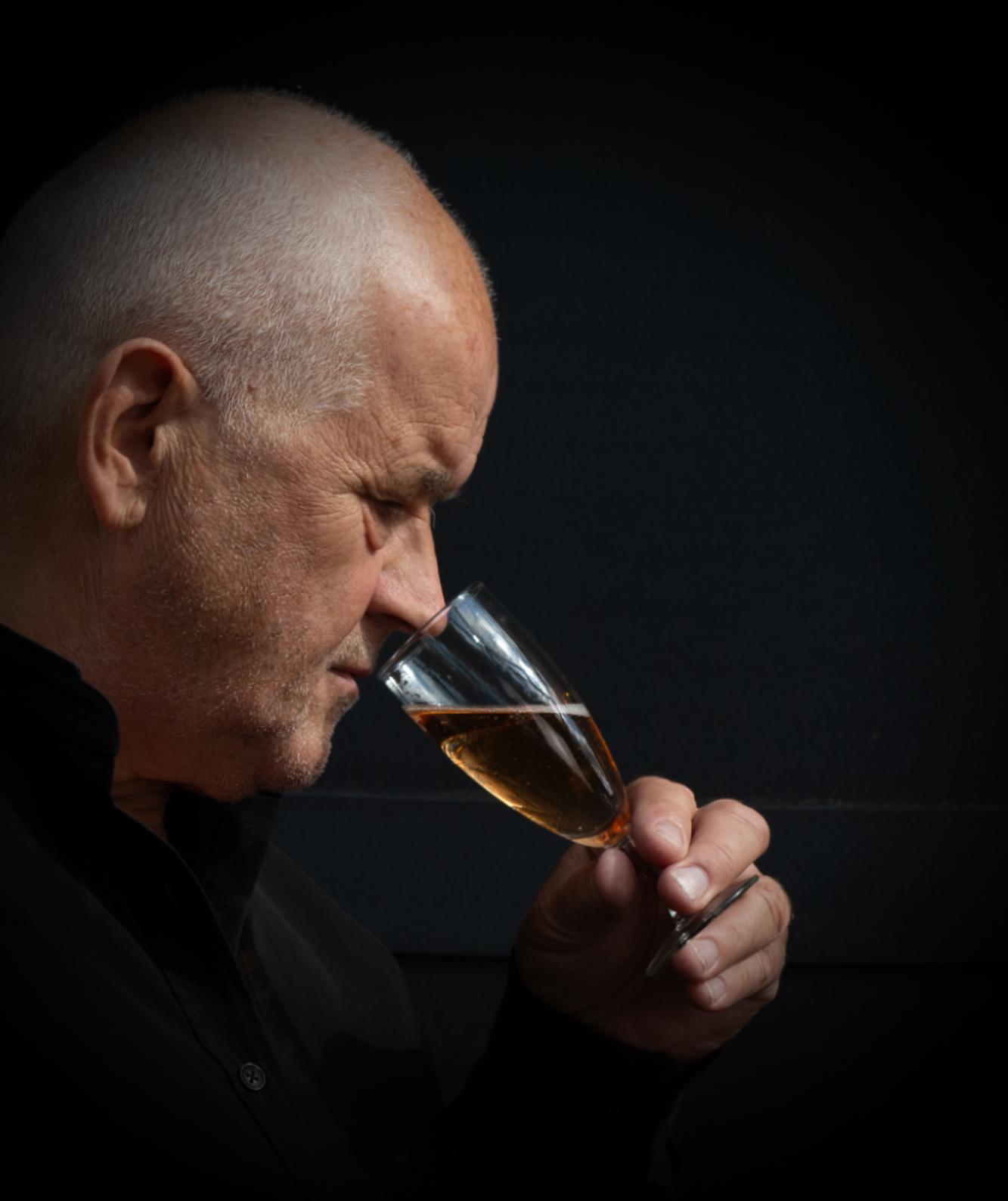 Markus Petrig, vigneron artisan-créateur et barrique de pinot noir