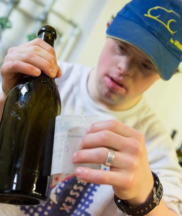 Les bouteilles des Millésimes Brut et Demi-Sec sont étiquetés au Domaine avec Amour
